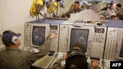 Chuyên viên của NATO đang theo dõi hệ thống radar giám sát máy bay