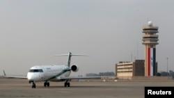이라크 바그다드 국제공항에서 27일 여객기가 내리고 있다. 이 날 여객기 한 대가 총격을 받은 뒤 일부 항공사들이 바그다드 행 운항을 중단했다.