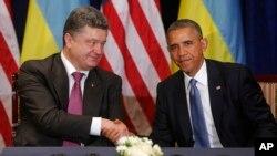 Presiden Barack Obama berjabat tangan dengan presiden terpilih Ukraina Petro Poroshenko di Warsawa, Polandia (3/6).