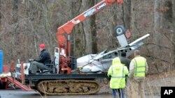 4일 미국 켄터키주 쿠타와에서 발생한 경비행기 추락사고 현장에서 사고기 잔해를 수거하고 있다.