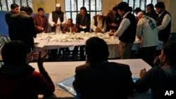 孟加拉國選舉日﹐投票中心工作人員計算選票。(2014年1月5日)