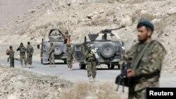 Des soldats de l'Armée nationale afghane (ANA) surveillent les environs à un poste de contrôle dans la province de Logar, en Afghanistan, le 16 février 2016.