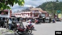 Suasana di pusat kota Takegon, ibukota provinsi Aceh Tengah (VOA/Budi Nahaba).