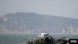 Angkatan Laut Korea Selatan menggunakan perahu untuk berpatroli di sebelah barat pulau Yeonpyong setelah latihan militer mereka dekat perbatasan dengan Korea Utara (20/2).