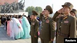 지난달 10일 북한 노동당 창건 68주년을 맞아, 군인들이 만수대의 김일성, 김정일 동상 앞에서 거수경례하고 있다. (자료사진)