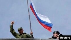 19일 크림자치공화국 세바스토폴의 우크라이나 해군기지를 점거한 친 러시아 세력들이 러시아기를 흔들고 있다.