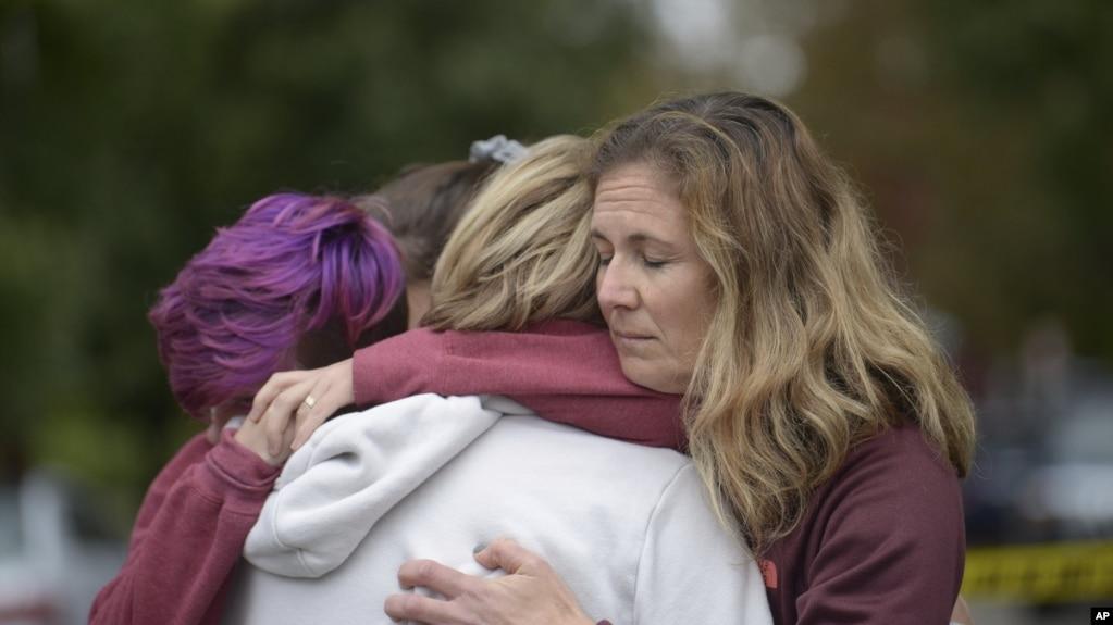 Người dân ôm nhau an ủi sau vụ xả súng làm chết người tại giáo đường Do Thái Tree of Life ở Pittsburgh, bang Pennsylvania, ngày 27 tháng 10, 2018.