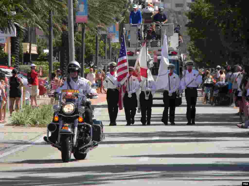 Las sirenas se hicieron escucharon en cada pueblo del país al comienzo de los tradicionales desfiles del 4 de julio.