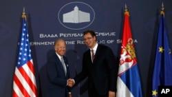 Američki potpredsednik Džo Bajden rukuje se sa premijerom Srbije Aleksandrom Vučićem po dolasku u Palatu Srbije, 16. avgusta 2016.