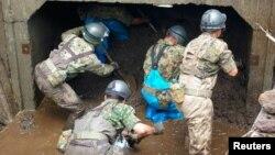 Các binh lính của lực lượng quốc phòng Nhật Bản tìm kiếm những người bị mất tích tại khu vực bị phá hủy do mưa lớn gây ra ở Aso, quận Kumamoto