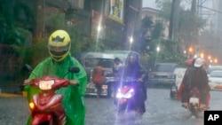 10호 태풍 '라이언록'의 상륙이 임박한 일본 열도가 경계 태세를 강화하고 있다. '라이언록'이 필리핀 동쪽 해상에서 발생한 26일 마닐라 일대에 폭우가 쏟아지는 모습.