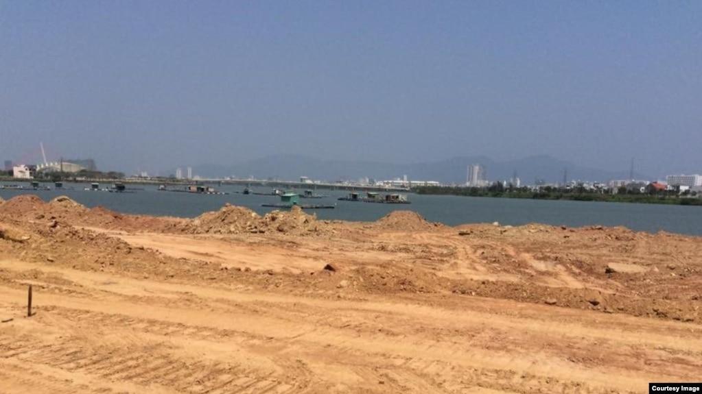Sun Group đang gấp rút san lấp, bức tử sông Cái. (Ảnh: Huỳnh Ngọc Chênh)