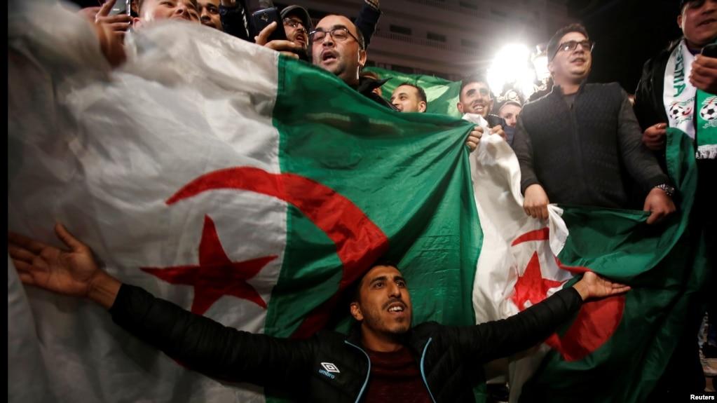 Scènes de célébration dans les rues après la démission du président algérien Abdelaziz Bouteflika, à Alger, le 2 avril 2019. REUTERS / Ramzi Boudina