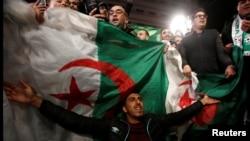 Wananchi wa Algeria washeherekea kujiuzulu kwa Rais Abdelaziz Bouteflika April 2, 2019, Algiers.