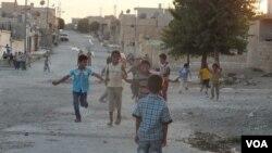 Zarokên Kurd li Serêkanîyê futbol dilîzin. Foto: Maf-Dar Serêkanîyê