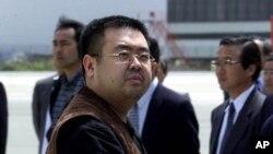 Người đàn ông được cho là Kim Jong Nam khi từ sân bay Narita, Nhật Bản, đáp máy bay đi Bắc Kinh, tháng 5, 2001.