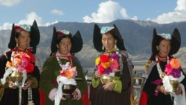 Ladakhi women, wearing 'perak', or traditional headgear, wait towelcome the Tibetan spiritual leader Dalai Lama outside a Buddhisttemple near Leh, capital of the Ladakh region in the troubled northernIndian state of Jammu and Kashmir August 23, 2002.(file