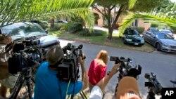 Decenas de periodistas se encuentran a las afueras de la vivienda de la familia Softloff, en Florida.