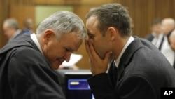 여자친구 살인 혐의로 기소된 남아프리카공화국의 '의족 스프린터' 오스카 피스토리우스(오른쪽)이 4일 열린 재판에서 변호인과 대화를 나누고 있다.