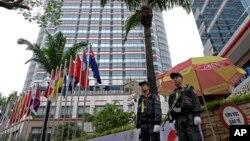 """Vijetnamski policajci na straži ispred hotela """"Melia"""" u Hanoju, pred susret predjsednika SAD Donalda Trumpa i sjevernokorejskog lidera Kim Jong Una. (Foto: AP/Vincent Yu)"""