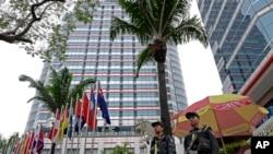 Cảnh sát canh gác bên ngoài khách sạn Melia - Hà Nội, ngày 25/2/2019 trước hội nghị thượng đỉnh Trump-Kim . (AP Photo/Vincent Yu)