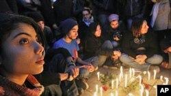 Des jeunes tunisiens se réunissent après les violences en Tunisie pendant le printemps arabe, le 22 janvier 2011.