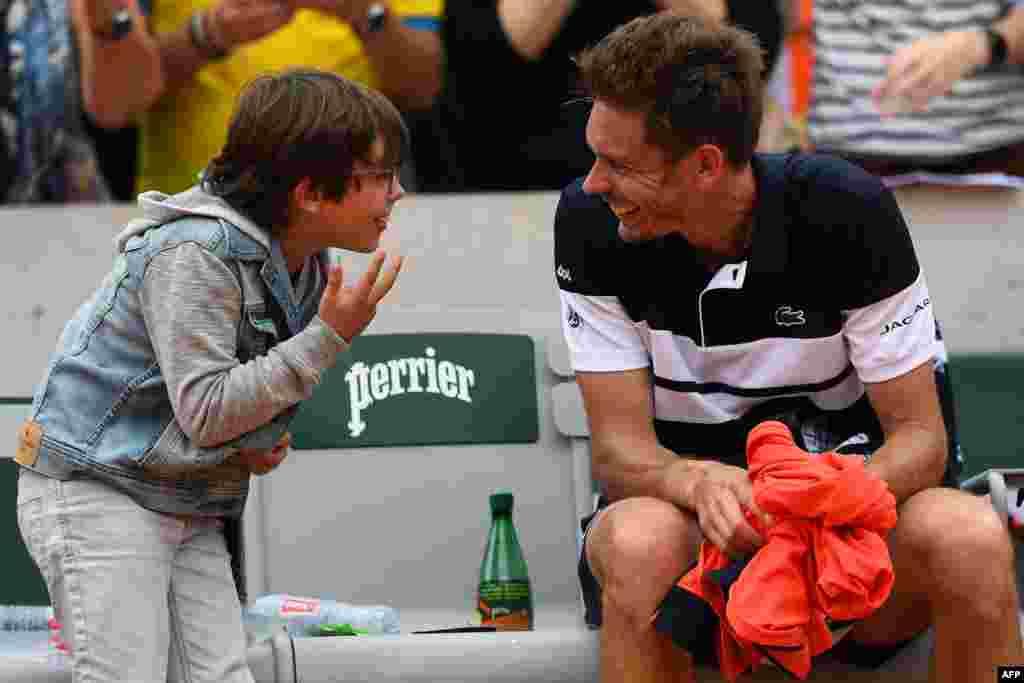 កីឡាករ Nicolas Mahut មកពីបារាំងសាទរជាមួយនឹងកូនប្រុសលោក បន្ទាប់ពីឈ្នះកីឡាករ Marco Cecchinato មកពីអ៊ីតាលី នៅក្នុងការប្រកួតវគ្គផ្តាច់ព្រ័ត្រនៃការប្រកួត The Roland Garros 2019 French Open Tennis Tournament នៅថ្ងៃទី១ ក្នុងក្រុងប៉ារីស។