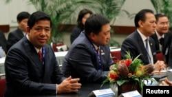 Tư liệu- Ông Vibol Kong (trái) tại Hội nghị các Bộ trưởng Tài Chính ASEAN ở Honolulu, Hawaii, ngày 10/11/2011. REUTERS/Jason Reed