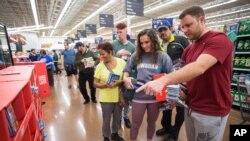 Compradores en una tienda de Walmart en Rogers, Arkansas.