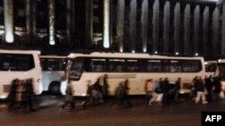 Автобусы дежурят у администрации Московского района в Санкт-Петербурге.