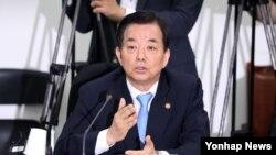 한민구 한국 국방장관이 30일 국회에서 열린 새누리당 북핵ㆍ사드 간담회에서 발언하고 있다.