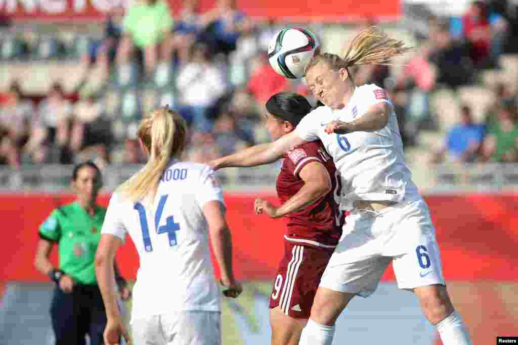 A defesa Laura Basset (6) da Inglaterra, dirige a bola para a frente com a cabeça contra a Charlyn Corral (9) do México durante a segunda metade de um jogo de futebol no Grupo F do Mundial Feminino no Estádio de Moncton , 13 de Junho, 2015. (Foto por Matt Kryger - USA Today)