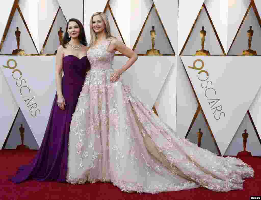 АктрисыЭшлиДжадд и Мира Сорвино, обвинявшие голливудского продюсера Харви Вайнштейна в харрасменте, обнимаются на красной ковровой дорожке. (Голливуд, Калифорния, 4 марта 2018)