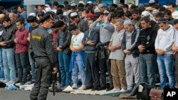 Rossiya poytaxti Moskvada musulmonlar juma namozini o'qimoqda, 28-sentabr, 2012-yil. (AP Photo/Mikhail Metzel)