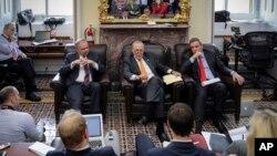 8일 미국 워싱턴 의회 건물의 상원기자회견실에서 민주당 소속의 팀 케인 상원의원(왼쪽부터), 척 슈머 상원 민주당 대표, 마크 워너 상원의원이 세금 개혁과 관련해 기자들과 비공식 대화를 하고 있다.