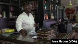 Saintclair Kire, gérant du café La Véranda, à Ouagadougou, le 20 août 2017. (VOA/ Issa Napon)