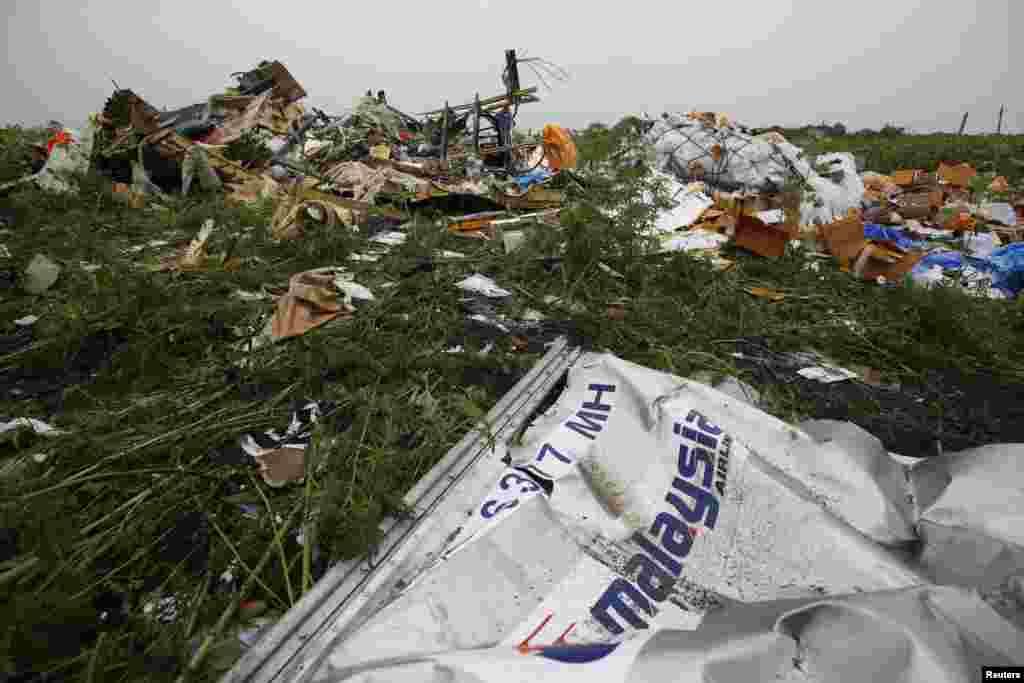 Mabaki ya sehemu ya mbele ya ndege ya Shirila la Ndege la Malazia aina ya Boeing 777 iliyotenguliwa Juali 18 na kuanguka katika kijiji cha Rozsypne, jimb la Donetsk, July 18, 2014.
