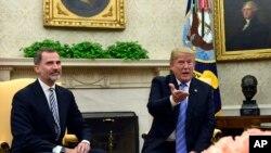 Después de saludarse y posar para las cámaras, el presidente y el rey Felipe VI se dirigieron hacia el despacho oval de la Casa Blanca.