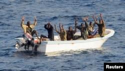 Amerikan savaş gemisi tarafından Aden Körfezi'nde yakalanan korsanlar (Şubat 2009)