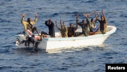 Para tersangka bajak laut yang berhasil ditangkap di lepas pantai Somalia (foto: dok). Para perompak membebaskan 5 awak kapal yang disandera di lepas pantai Nigeria hari Selasa 14/5.