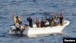 Beberapa perompak Somalia yang berhasil ditangkap di Teluk Aden (foto: ilustrasi).