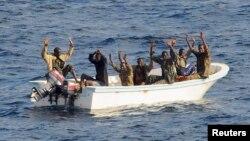 소말리아 해적들이 미 해군 순찰함의 미사일 겨냥에 손을 들어 항복을 표하고 있다.