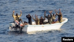 Para tersangka perompak Somalia menyerah setelah dikejar oleh kapal AS USS Vella Gulf di Teluk Aden (foto: ilustrasi).