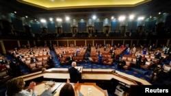 美国总统拜登在因新冠疫情而保持社交距离的国会众议院议事厅对参众两院联席会议发表演说。(2021年4月28日)