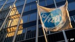 製藥巨頭輝瑞在紐約總部門前的旗幟飄揚。