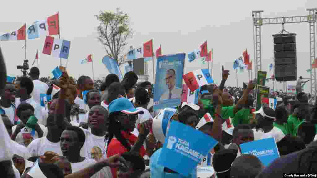 Des militants du président en place à Kigali, Rwanda, le 2 août 2017. (VOA/Charly Kasereka)