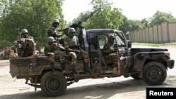 Des soldats du Niger sécurisent un sommet à Diffa le 3 septembre 2015. (REUTERS/Warren Strobel)
