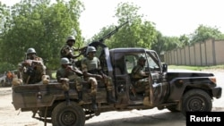 Les soldats Niger assurant la sécurité pour un - sommet à Diffa ville, le Niger, le 3 septembre 2015.
