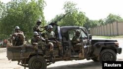 Des soldats nigériens chargés de la sécurité d'un sommet anti-Boko Haram à Diffa, le 3 septembre 2015. (REUTERS/Warren Strobel)