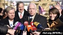 Американські сенатори Ліндсі Ґрем, Джон Маккейн і Еймі Клобучар